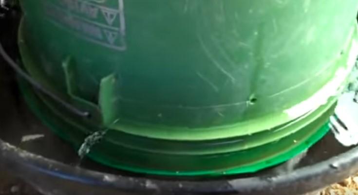 Вакуумная поилка из ведра в действии